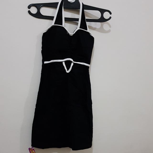 Masih BARU . Sexy Black .Mini Dress . Bahan Katun Melar . Kalo Dipake Ngepas Di Badan. Ada Cup Bra Nya. Ada Resliting Samping . Ada Karet Di Punggung