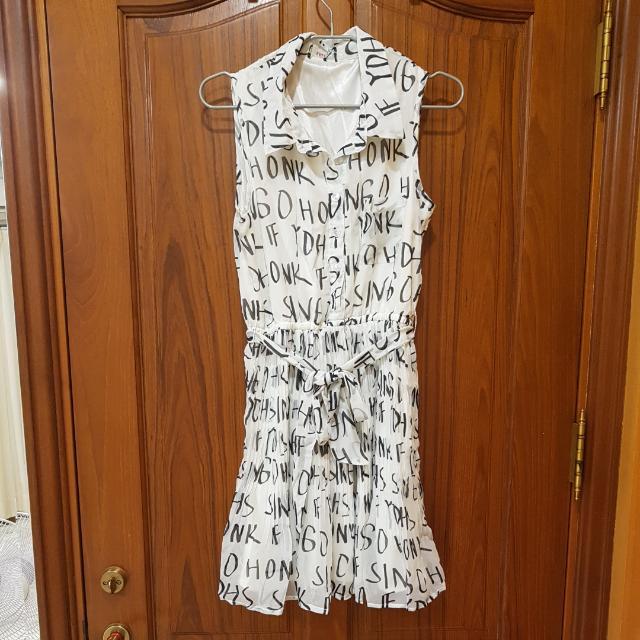 字母白色百折雪紡洋裝連身裙(米白)