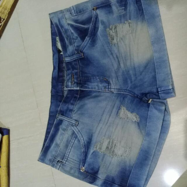 Celana Pendek Ripped Jeans