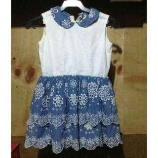 Blue eyelet girls dress  (5-6)