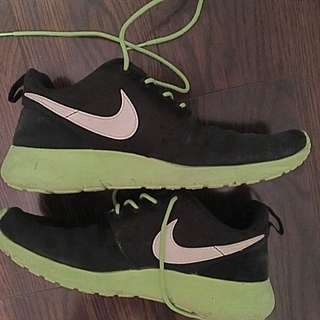Woman's Roshe Nike Sneakers Size 6