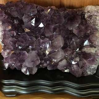 💠紫水晶座/迎財納福💰/原生礦含大量鈦金//附木座