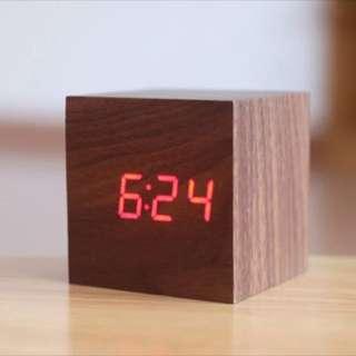 全新 正方型LED 原木制 紅木紅燈鬧鐘 USB充電 批發價49元包平郵