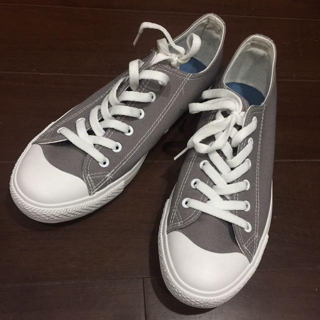 灰色帆布鞋