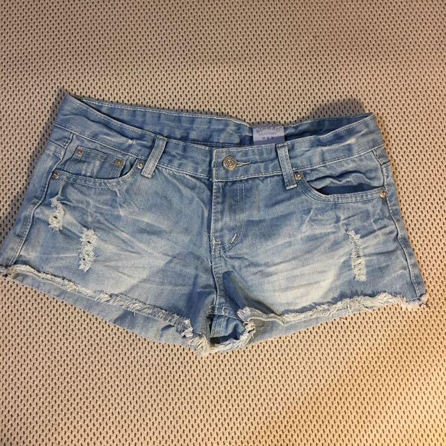 淺色刷破短褲