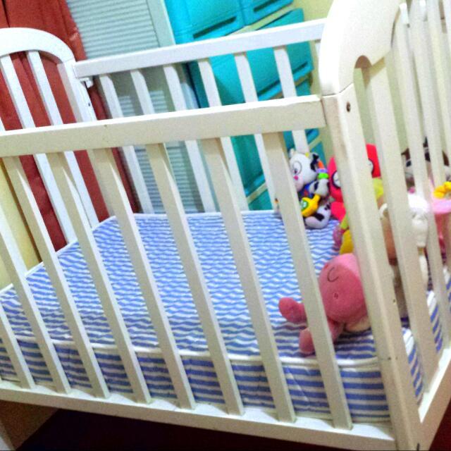 wooden crib with brand new mattress (uratex)