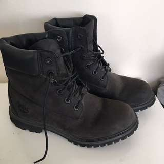 Women's Black Timberlands (SIZE 7)
