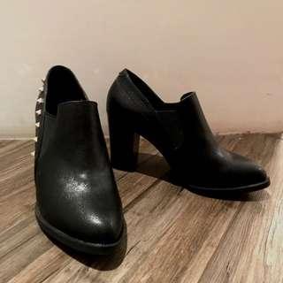 Shoebox黑色卯釘踝靴 22.5號