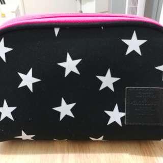 Chocoolate 黑底白星(桃紅拉鏈)化妝袋