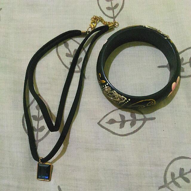 choker & printed wooden bracelet