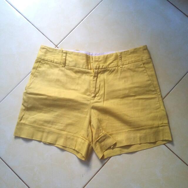 Celana Pendek Kuning