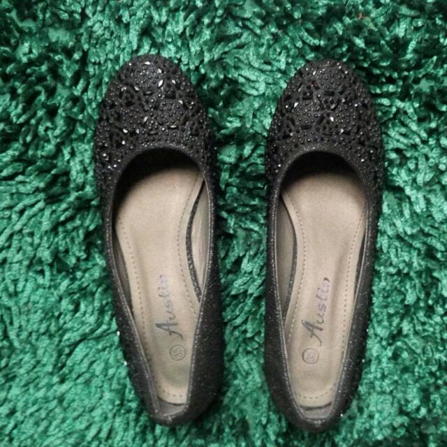(Subsidi ONGKIR 10ribu) Sepatu Austin Hitam Manik Manik / Black Shoes Free Kerudung / Gift Di List