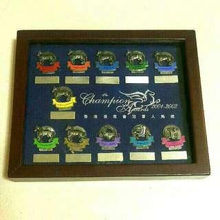 2001-2002年香港賽馬會冠軍人馬獎襟章