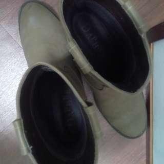 🚚 達芙妮 短跟 粗 駝色 靴子