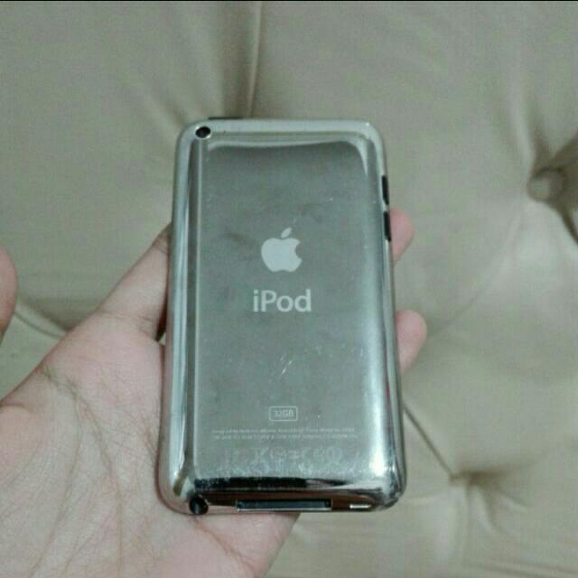 Apple's iPod Touch 4th Gen (32 GB) FREE POUCH
