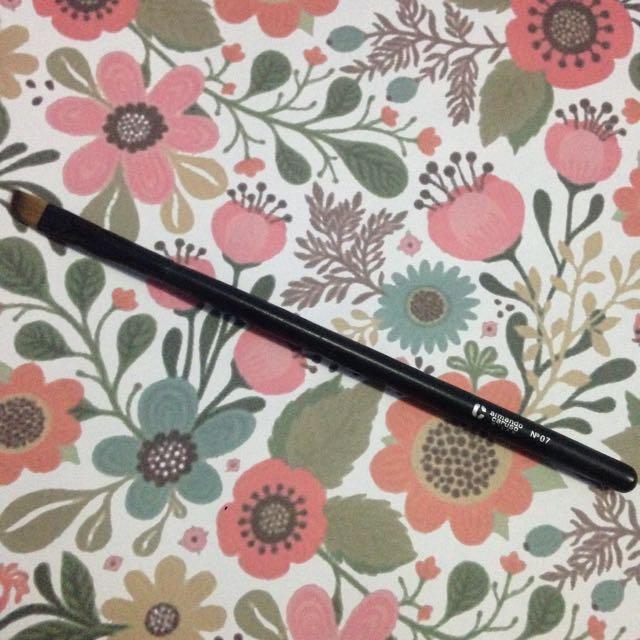 Armando Caruso No. 7 Small Angled Brush
