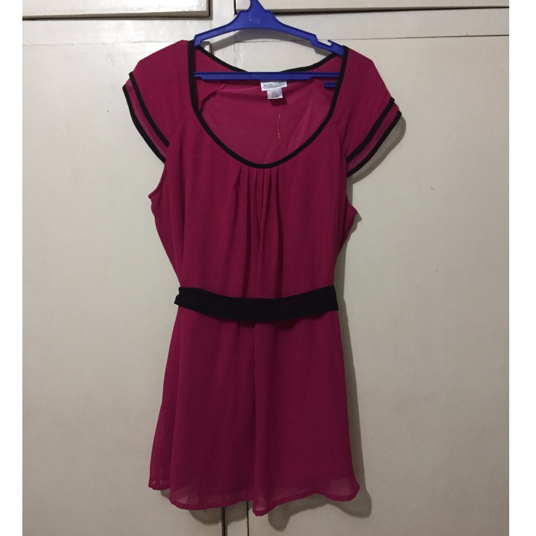 Flowy fuschia maternity top with black belt and details