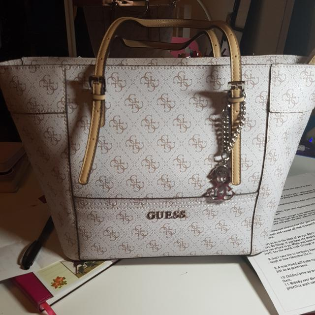 Guess medium size classic style