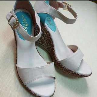 🚚 繫扣楔型涼鞋