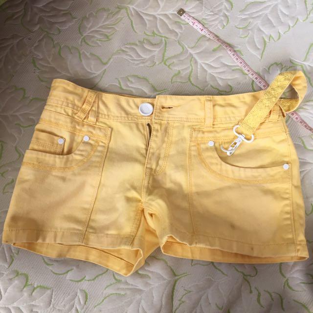 鵝黃色低腰短褲