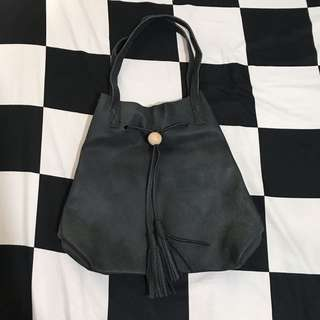 BLACK SHOULDER BAG WITH TASSELS