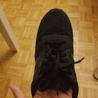 BLACK NEW BALANCE SHOE