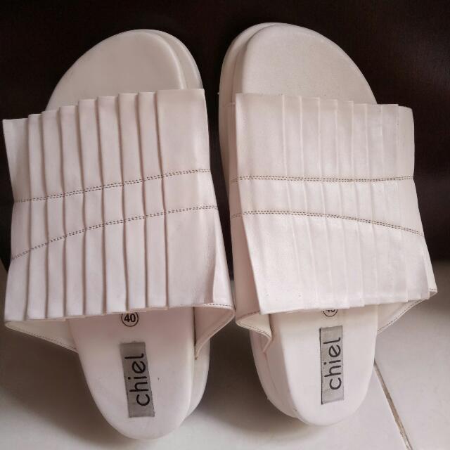 chiel sandal..  warna putih