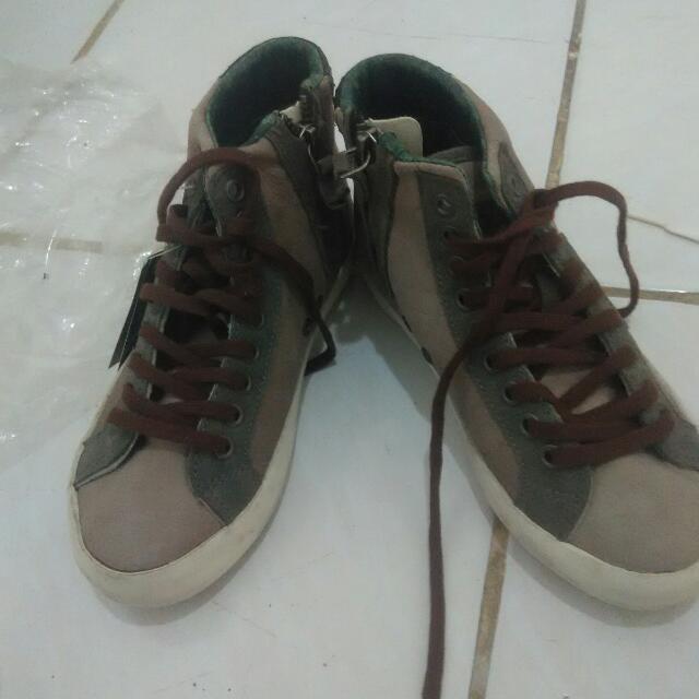 Sepatu D. A. T. E