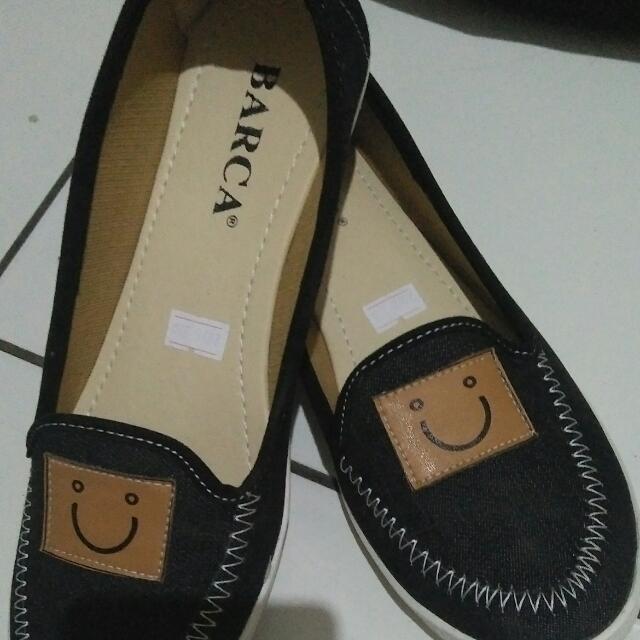 Sepatu kasual lucu