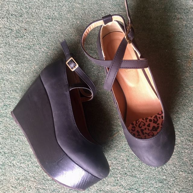 (repriced) High Wedge Black Shoes