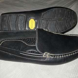 Vibram soles casual leather shoes. Men's bass black loafer (size8) BRAND NEW without box.