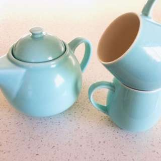 T2 Teapot and tea mugs