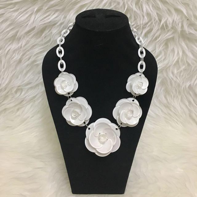 Kalung bunga putih