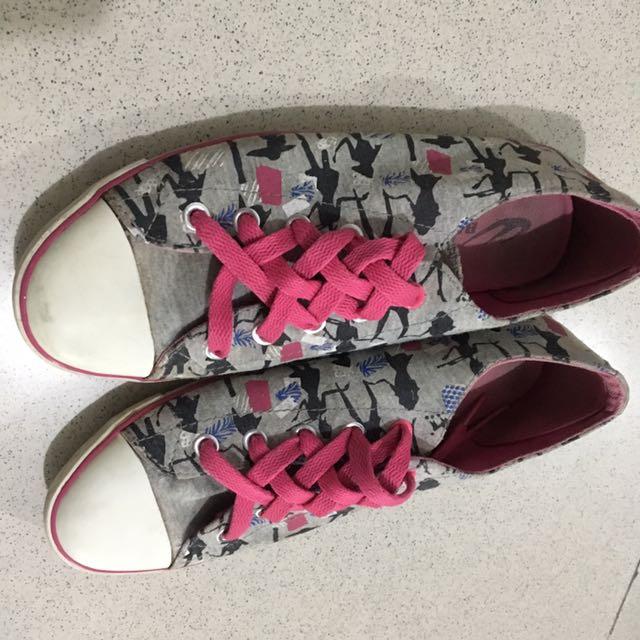 World Balance Shoes Size 6.