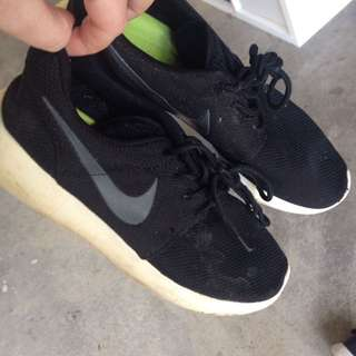 Black Nike Roshes