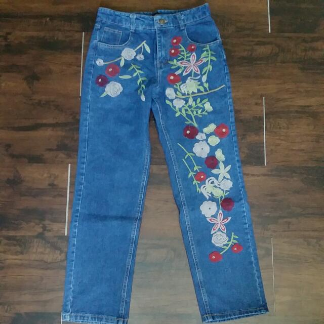 NEW Embroidered Highwaisted Jeans