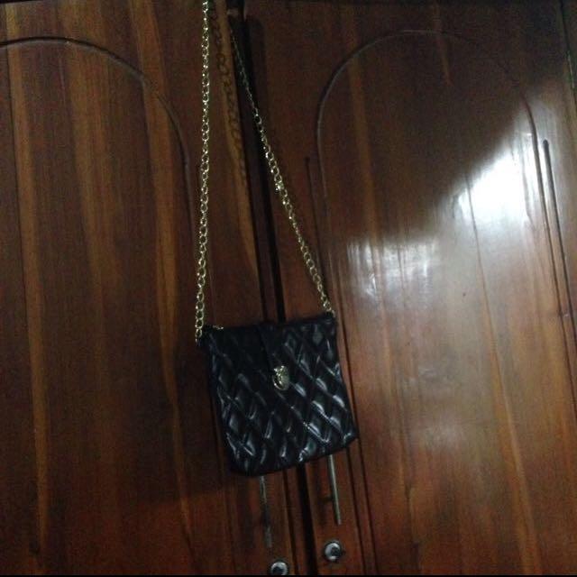 black sling bag, ukuran tdk terlalu kecil, simple, manis.. hanya 1 ruang ya