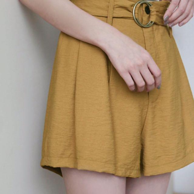 環釦繫帶壓褶短褲