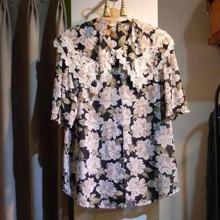椿花二手衣-正老品古著刺繡蕾絲裝飾大領片黑底印花上衣