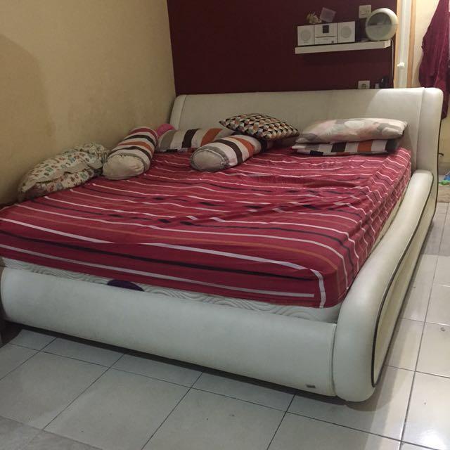 Dipan Tempat Tidur King