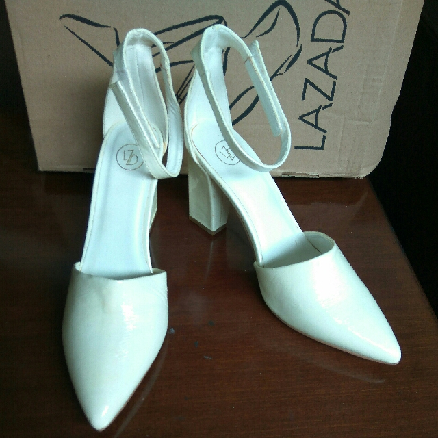 PRELOVED SIZE 39 LZD WHITE POINTY STRAP HEELS