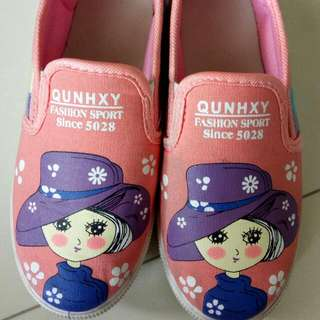 Preloved Sepatu Lukis size 36, Insole . 19-20cm kondisi : masih bagus, bekas pemakaian normal        sepatu Anak Lukis Bata Skechers Oshkosh Nike Perempuan