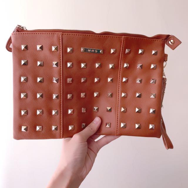 Mango鉚釘造型手拿包
