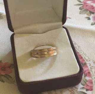 Beautiful 9ct gold textured band ring