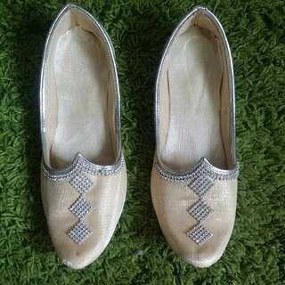🚚 Traditional Footwear