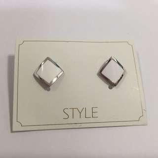 包平郵 🎉菱形白色耳環
