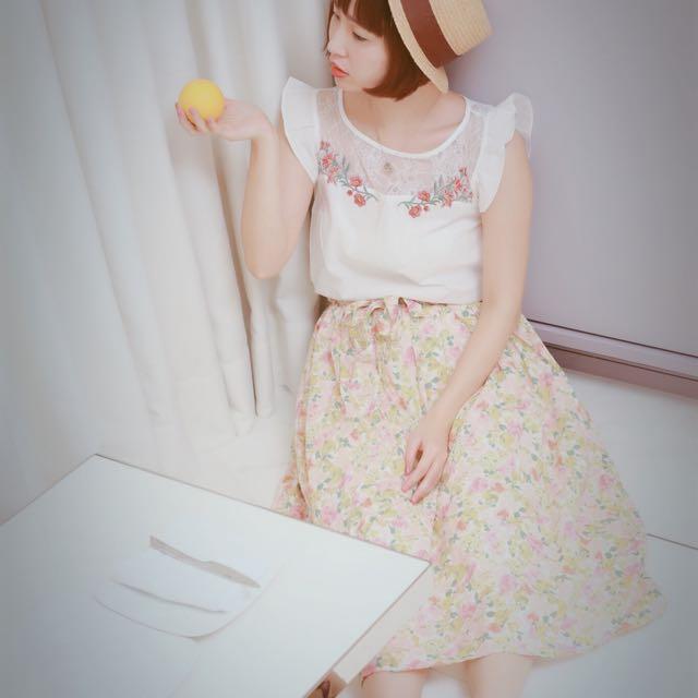 日雜款絕美精緻透膚蕾絲花朵刺繡荷葉飛袖上衣