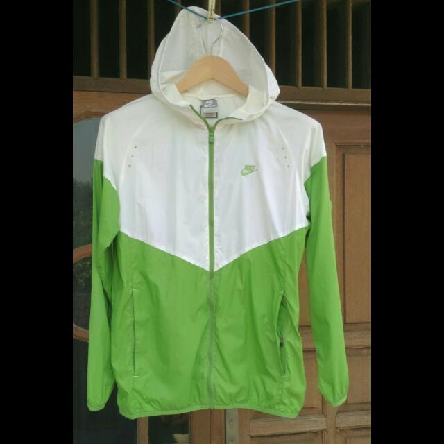 Jaket running - jaket lari - jaket Sport merk Nike Original. boleh untuk pria maupun wanita. Size S besar (bisa untuk M pria Indonesia), Sports, ...