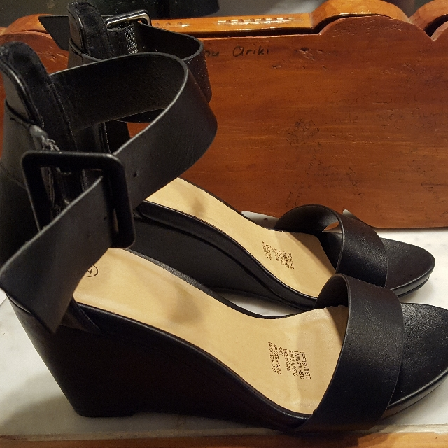 Lady's Sz7 Blk Wedge Shoe