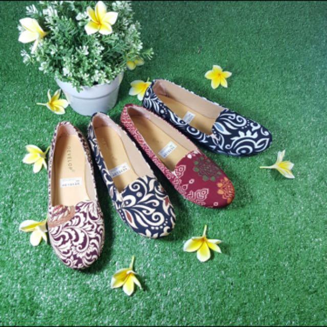 Sepatu flat motif batik